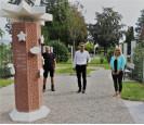 Pressefoto auf dem Sternchenfeld auf dem Friedhof in Schopfheim mit (von links) Jürgen Schmid, Fachbereichsleiteer Jürgen Sänger, Fachgruppenleiterin Fabienne Haumesser.